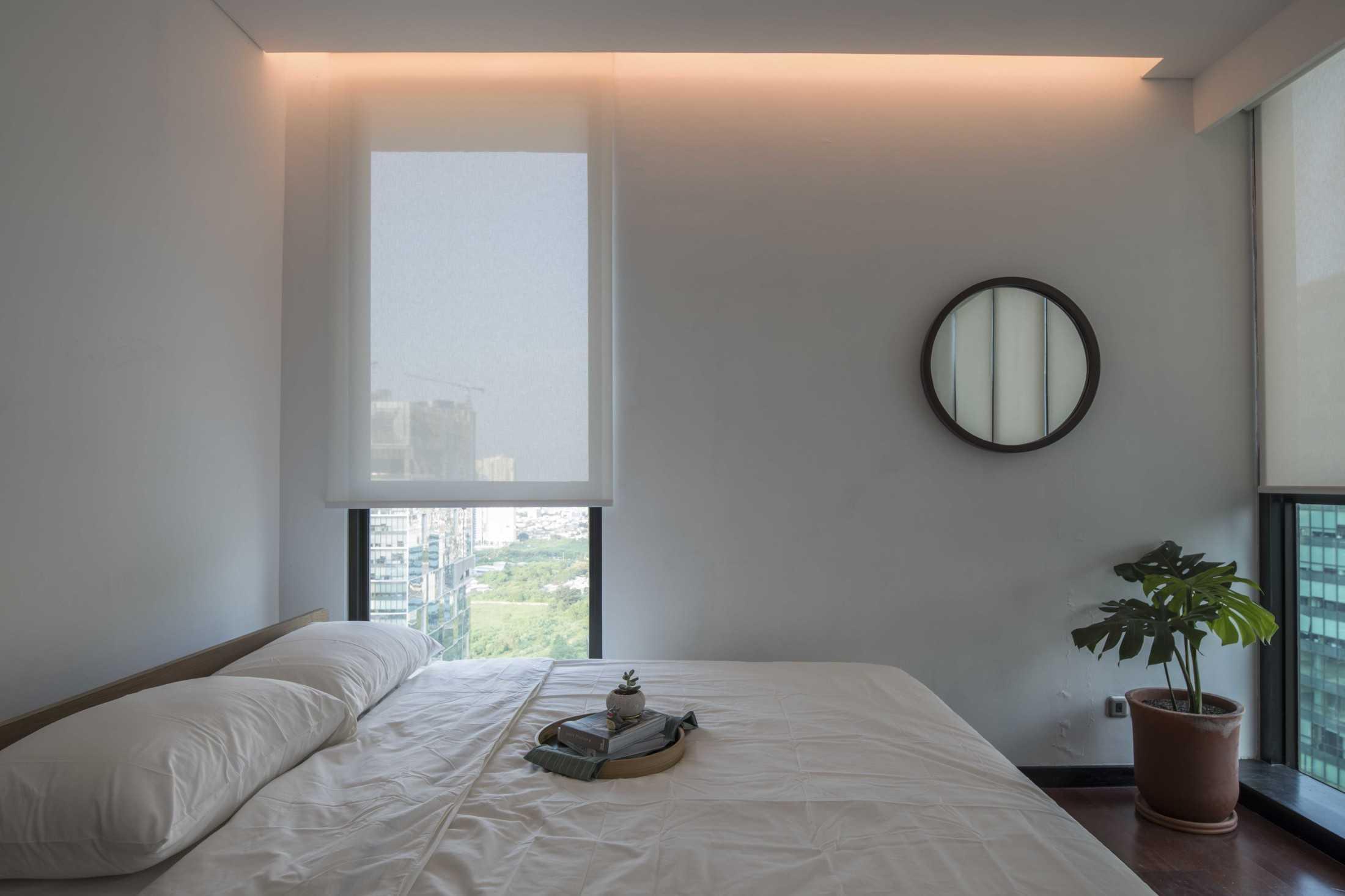 Kamar tidur minimalis serba putih yang nyaman di apartemen mungil (Sumber: arsitag.com)