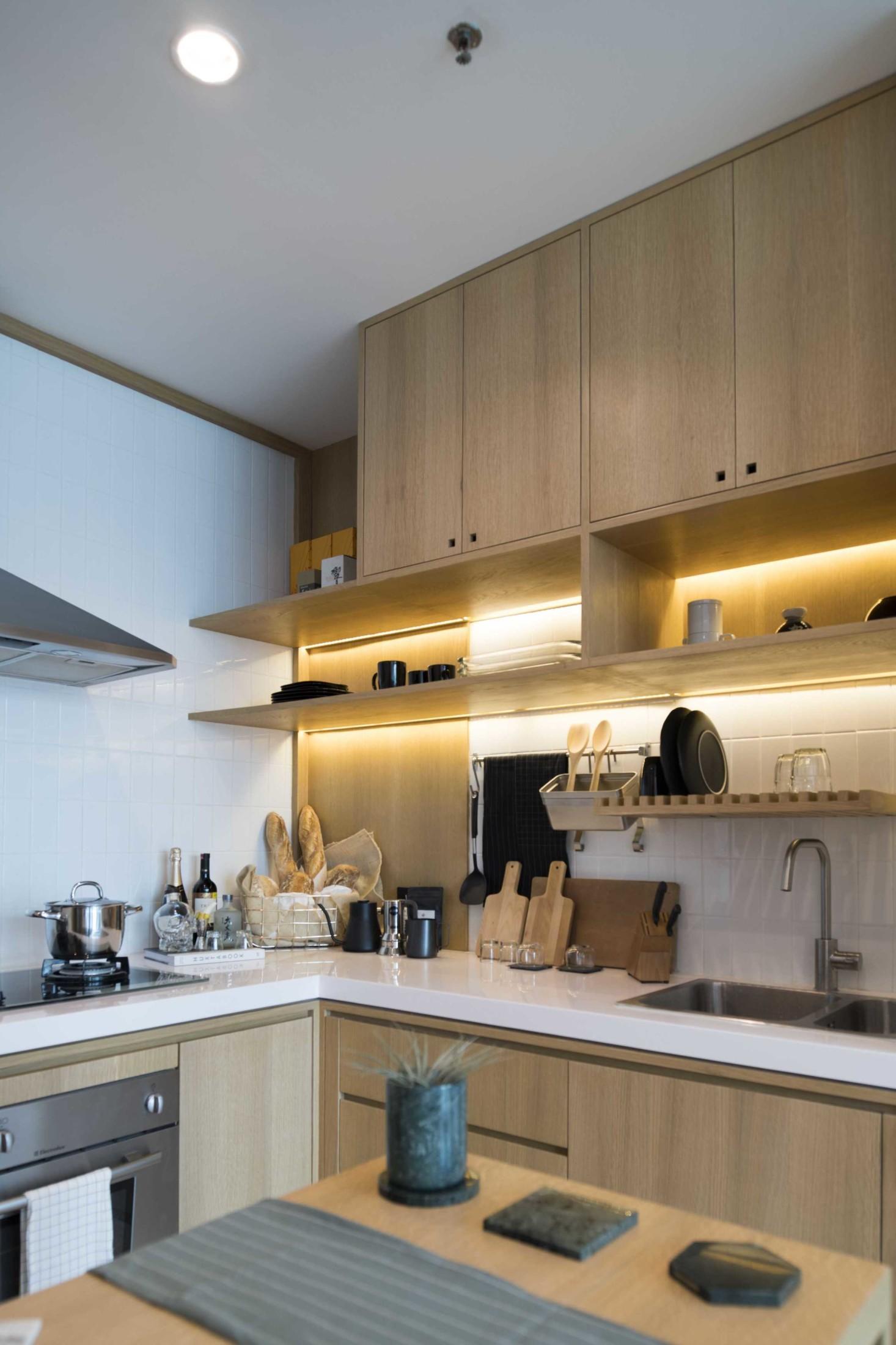 Dapur minimalis mungil yang cantik dengan pencahayaan menawan (Sumber: arsitag.com)
