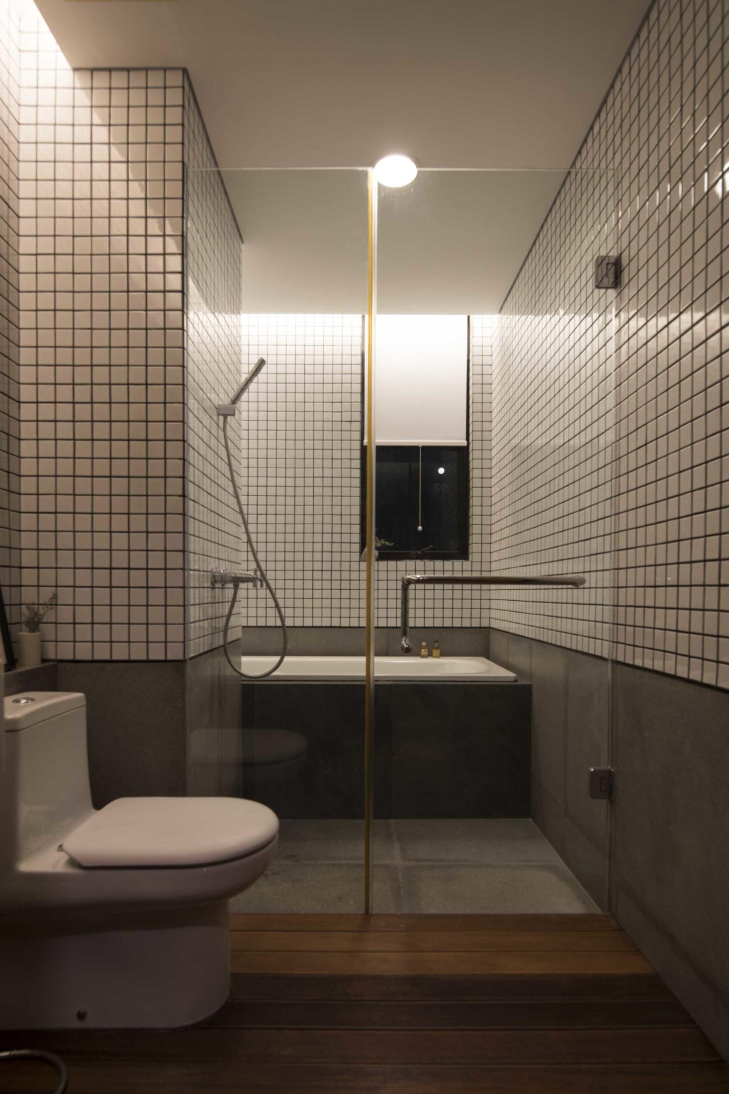 Kamar mandi mungil bergaya minimalis bernuansa alam (Sumber: arsitag.com)