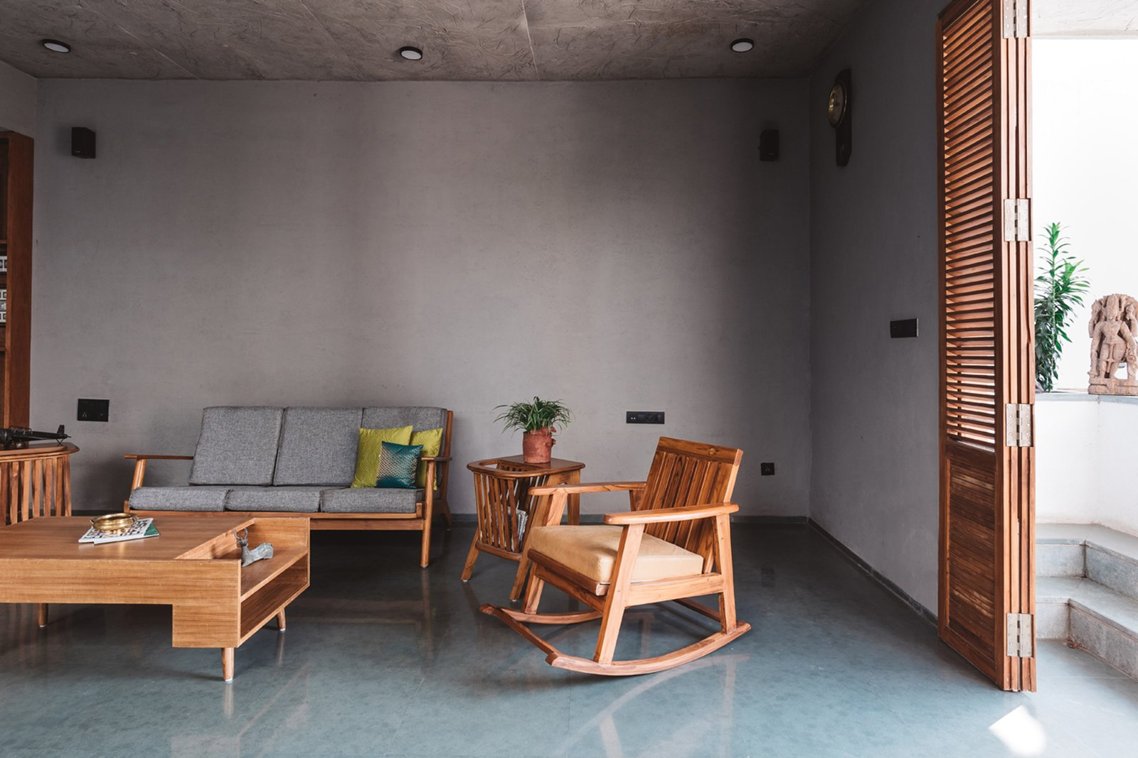 Tatanan meja dan kursi di ruang tamu minimalis tanpa adanya dekor (Sumber: dwell.com)