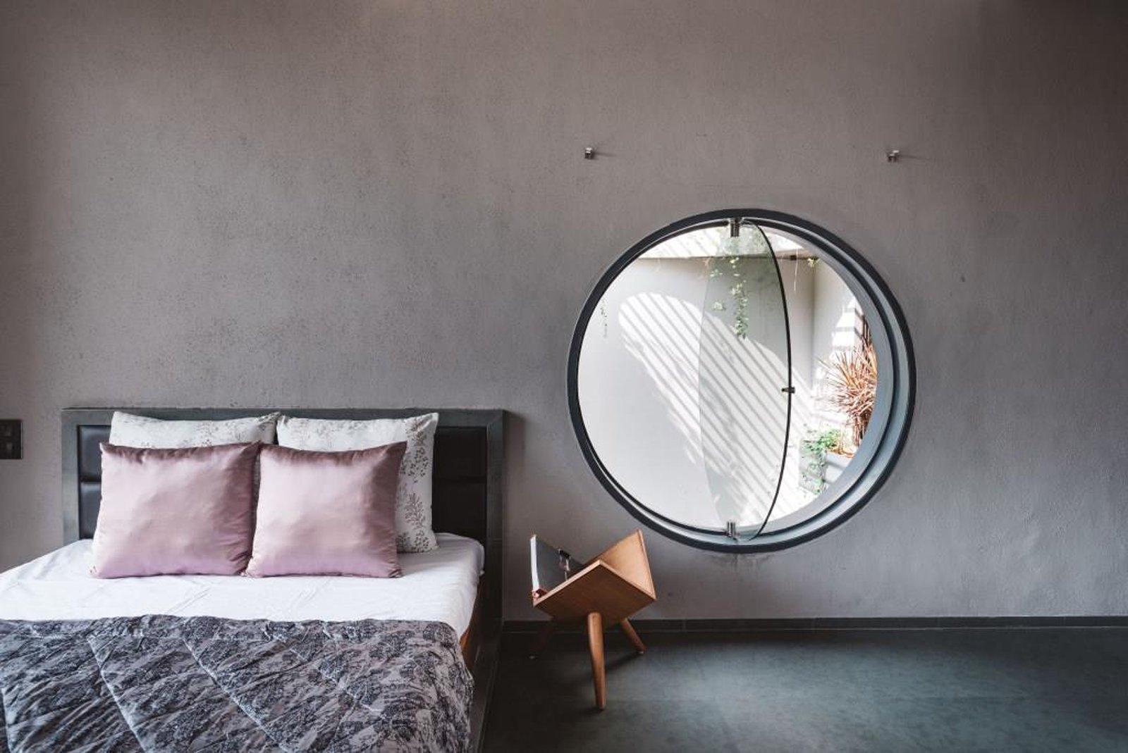 Jendela kaca bulat sebagai akses masuk udara dan sinar matahari (Sumber: dwell.com)