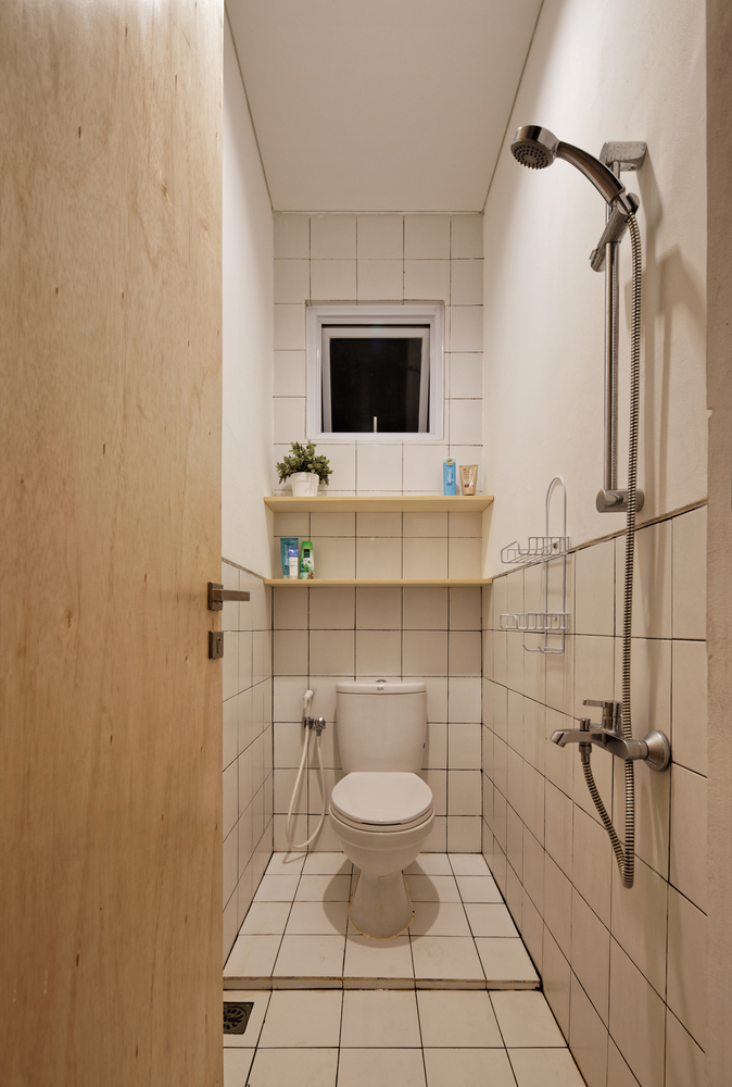 Kamar mandi minimalis yang serba putih (Sumber: Arsitag.com)