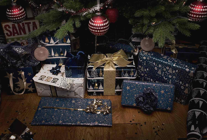 Kado Natal serba biru untuk display (Sumber: blog.whsmith.co.uk)