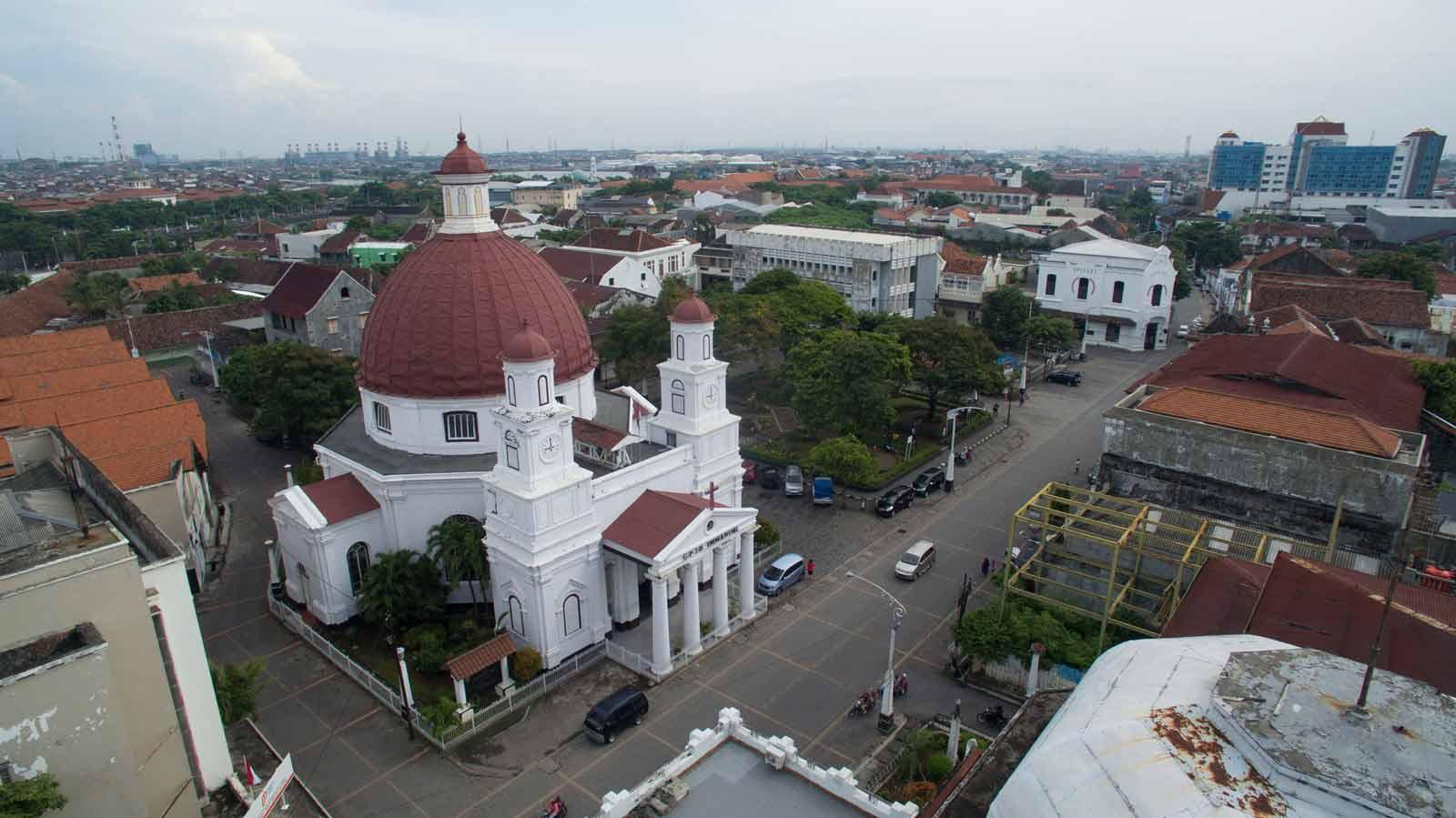 Gereja Blenduk dengan warna putih khas arsitektur kolonial (Sumber: pesona.travel)