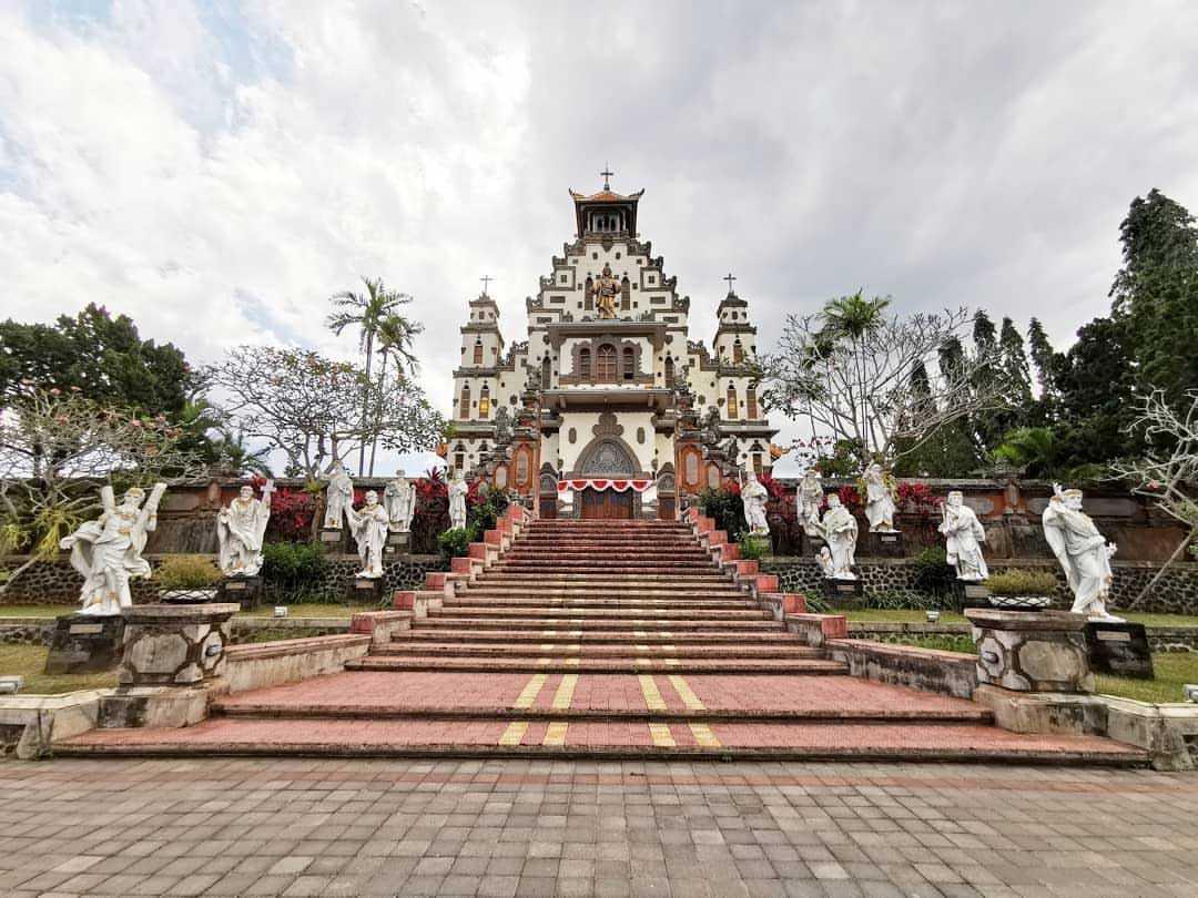 Desain gereja nusantara yang merupakan hasil inkulturasi budaya (Sumber: instagram.com/edwardtjie)