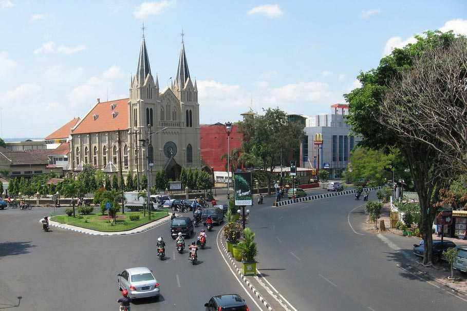 Arsitektur gereja nusantara yang sekilas mirip dengan gereja Notre Dame di Paris (Sumber: id.wikipedia.org)