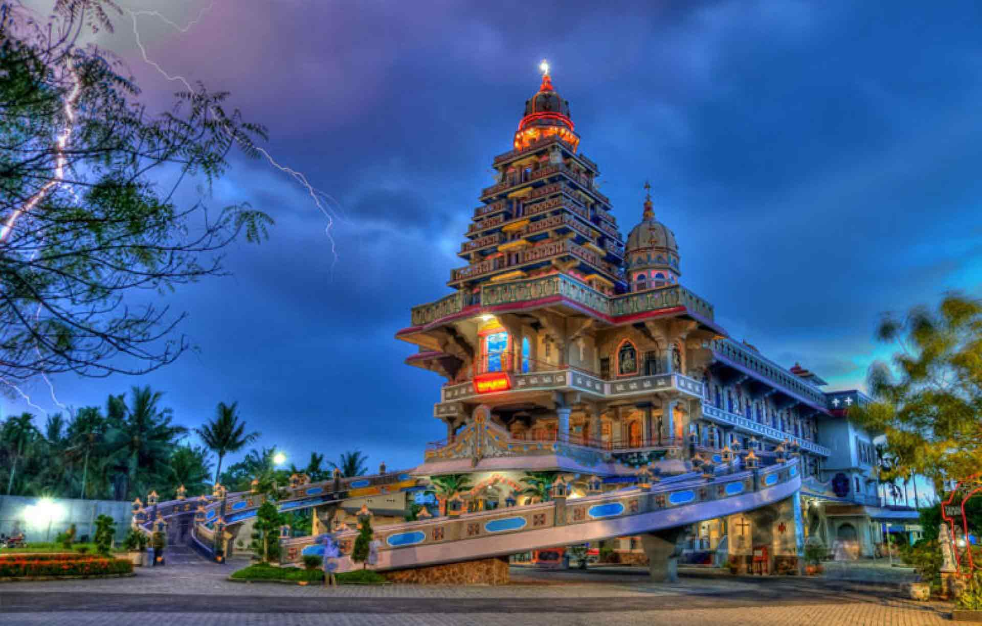 Desain gereja Annai Maria Velangkanni yang menyerupai tempat ibadah umat Hindu India (Sumber: instantbooking.id)