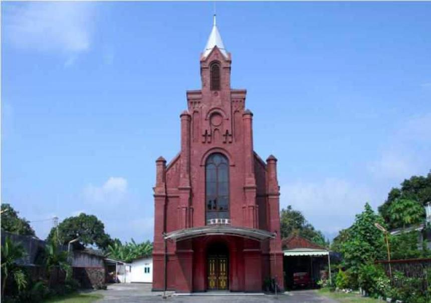 Gereja dengan ciri khas warna merah (Sumber: wisatasia.com)