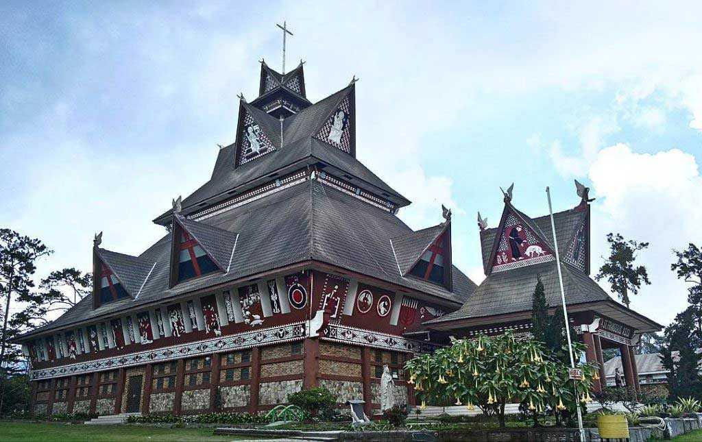 Gereja nusantara yang memiliki desain rumah adat Batak Karo (Sumber: zenrooms.com)