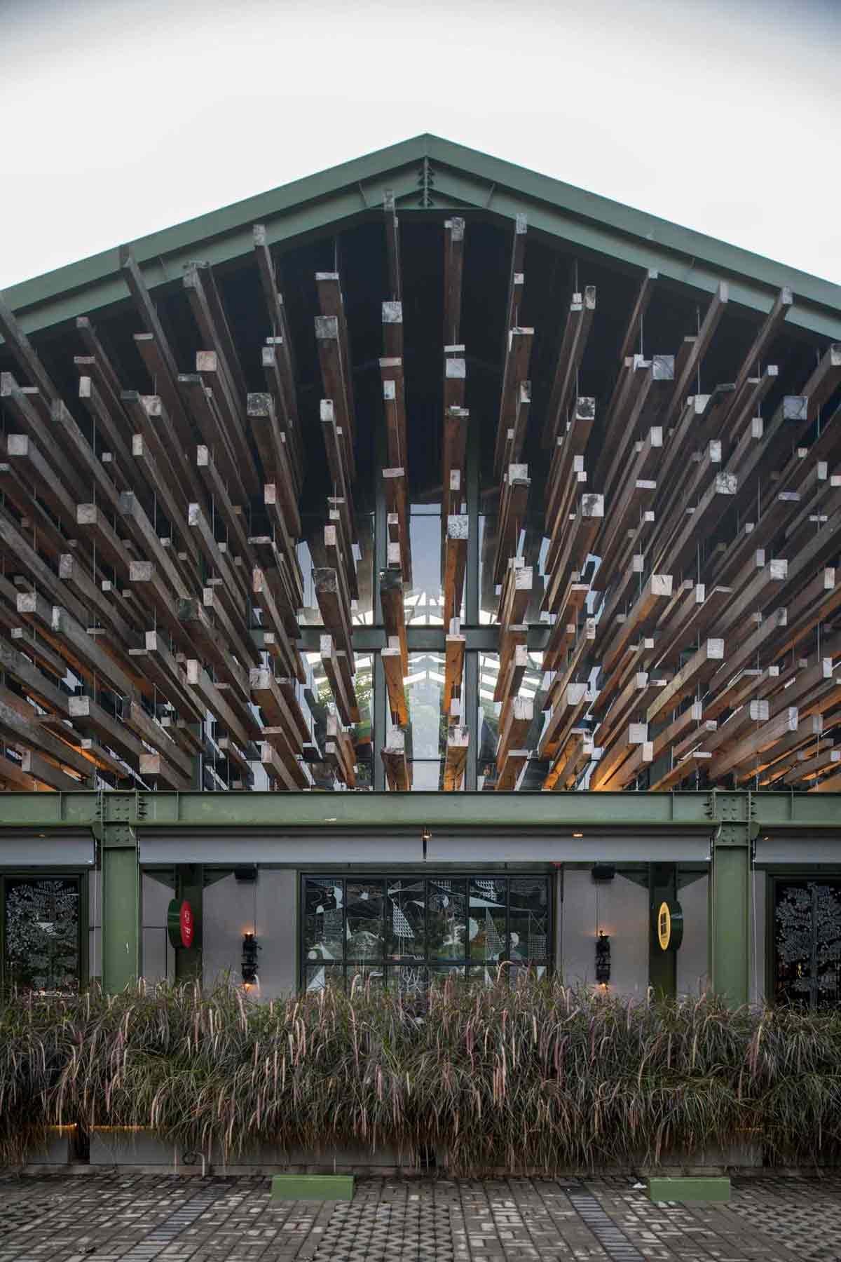 Dekorasi kayu gantung yang dramatis, Restoran Kayu Kayu karya W Office (Sumber: arsitag.com)