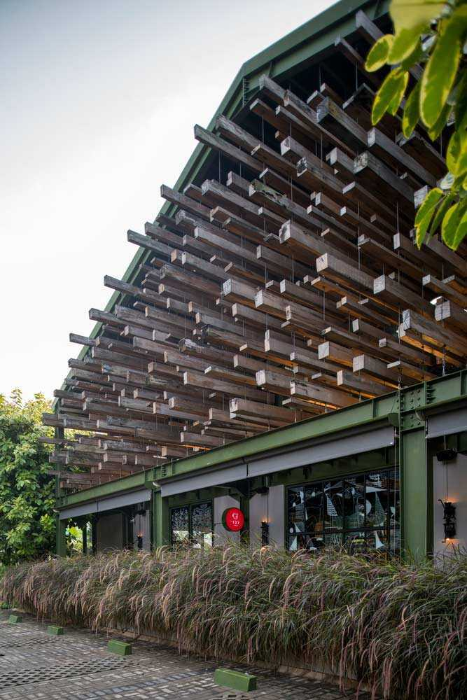 Hiasan tanaman ilalang menyempurnakan tampilan eksterior, Restoran Kayu Kayu karya W Office (Sumber: archdaily.com)