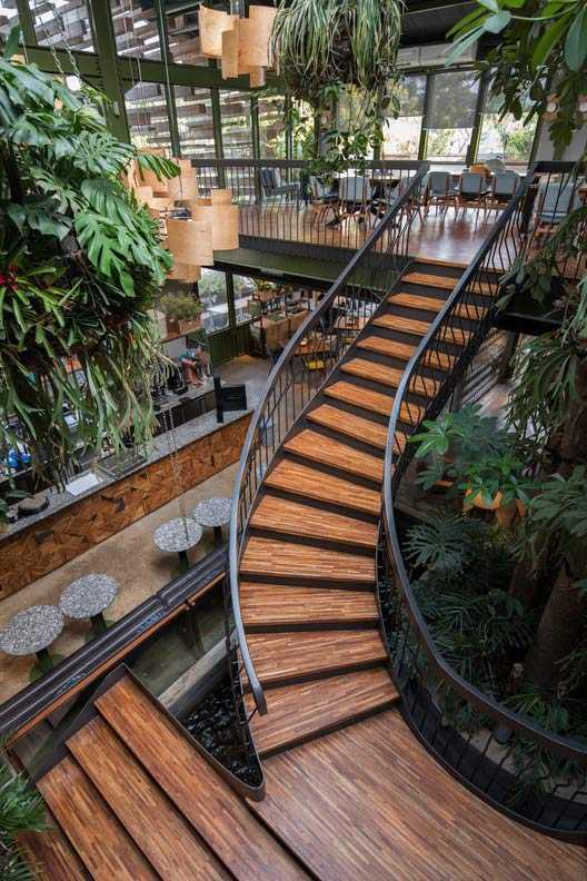 Tangga kayu spiral yang eksotis, Restoran Kayu Kayu karya W Office W Office (Sumber: archdaily.com)