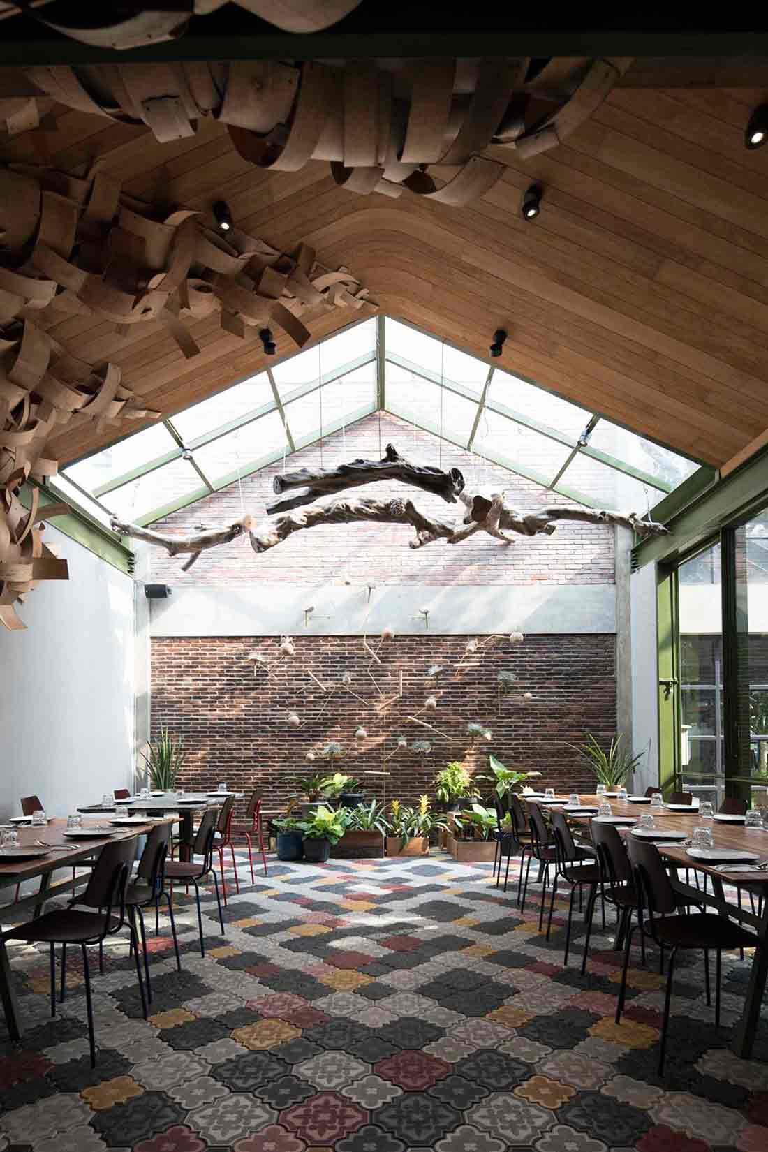 Menampilkan instalasi kayu dengan beragam formasi karakter, Restoran Kayu Kayu karya W Office (Sumber: arsitag.com)