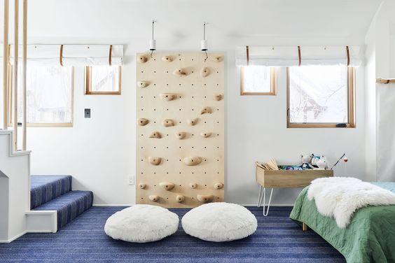 Kamar anak dengan papan wall climbing, via stylebyemilyhenderson.com