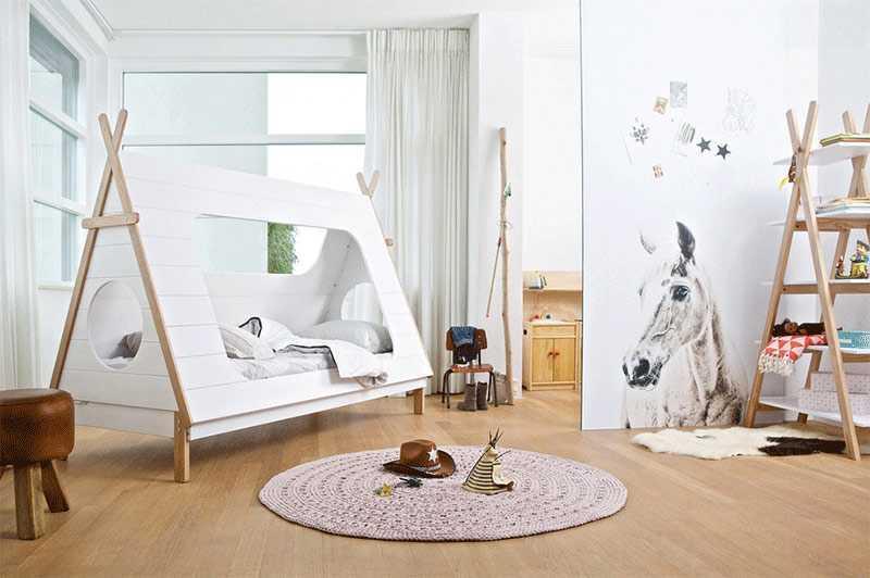 Kamar anak dengan tenda putih dari kayu, via cuckooland.com