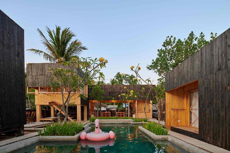 Vila bergaya kabin karya Atelier Riri, via archcaily.com