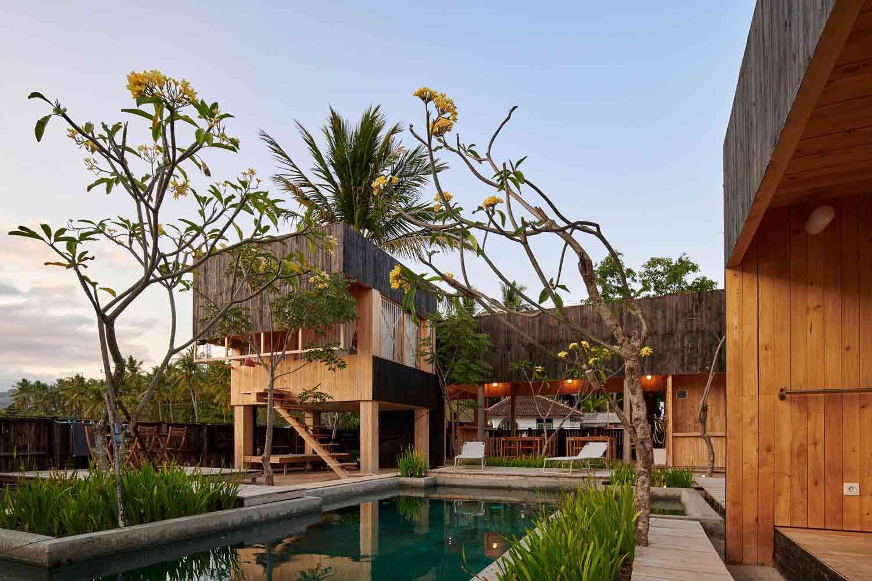 Vila unik bergaya kabin kayu karya Atelier Riri, via archcaily.com