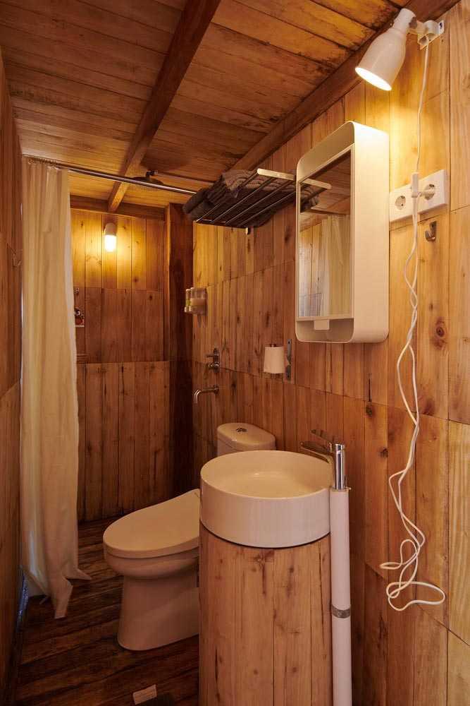Kamar mandi serba kayu di Kiyakabin karya Atelier Riri, via archcaily.com