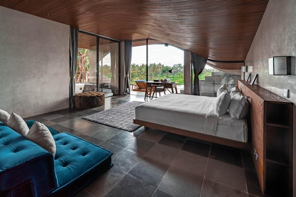 Kamar tidur mewah dan kekinian dengan plafon lengkung yang unik dan fungsional (Sumber: loftspiration.com)
