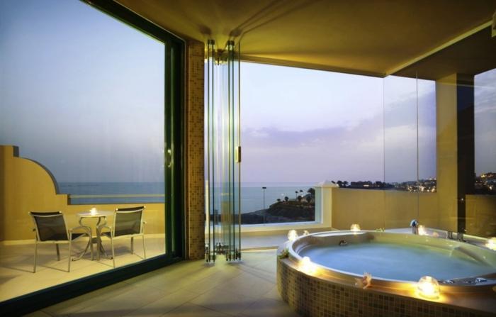 Open bathtub dengan lilin-lilin dan pemandangan cantik di sekitar, via rilane.com