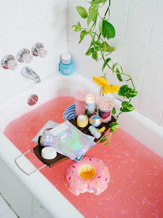 Bathtub dengan kesan kasual yang fun, via shelterness.com