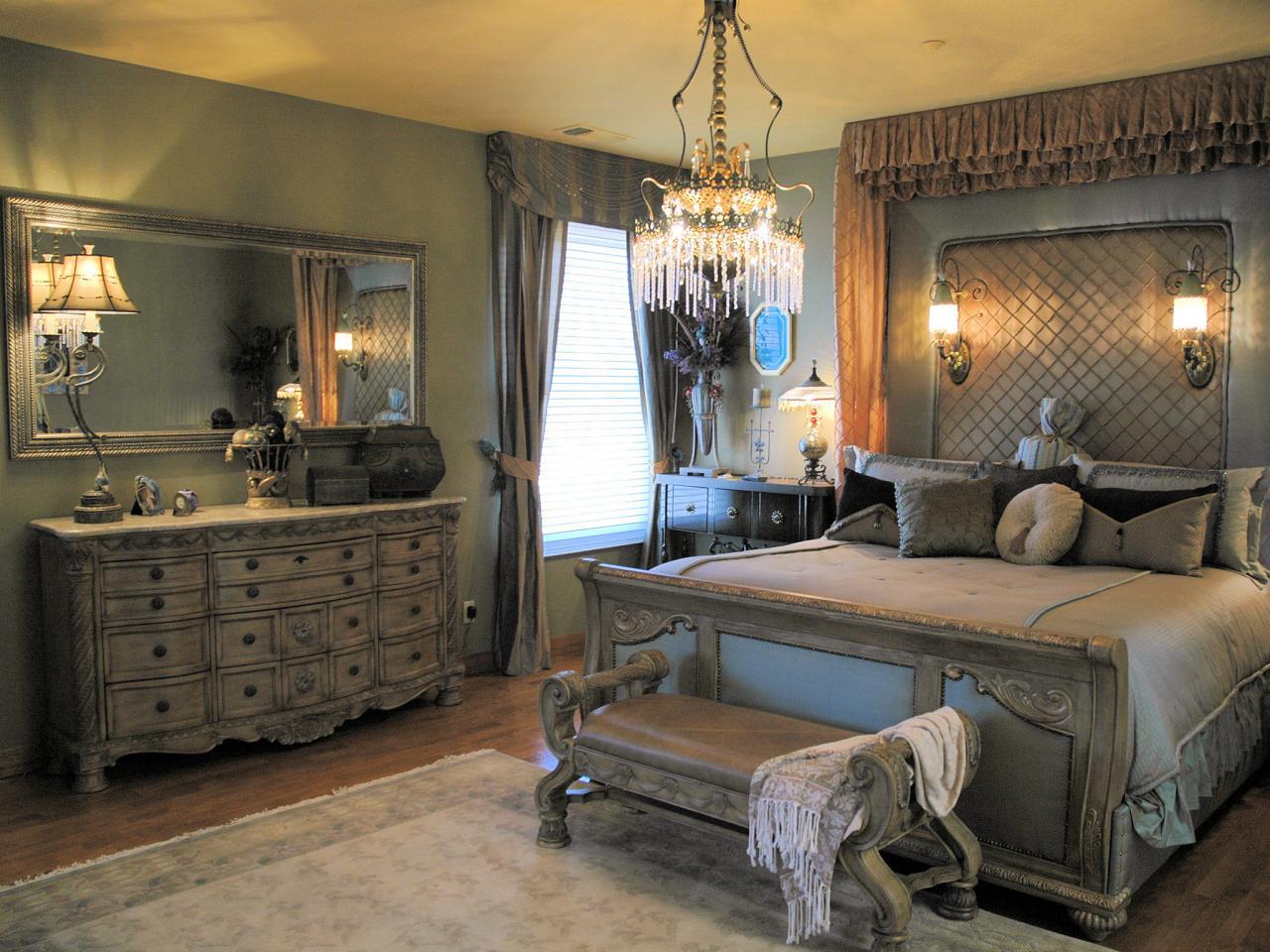 Kamar tidur romantis bernuansa klasik dengan lampu gantung kristal // HGTV.com