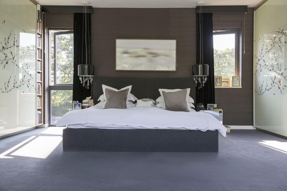 Kamar tidur romantis bernuansa abu-abu cantik // thespruce.com