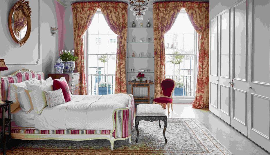 Kamar tidur romantis dengan jendela besar // hendes.co