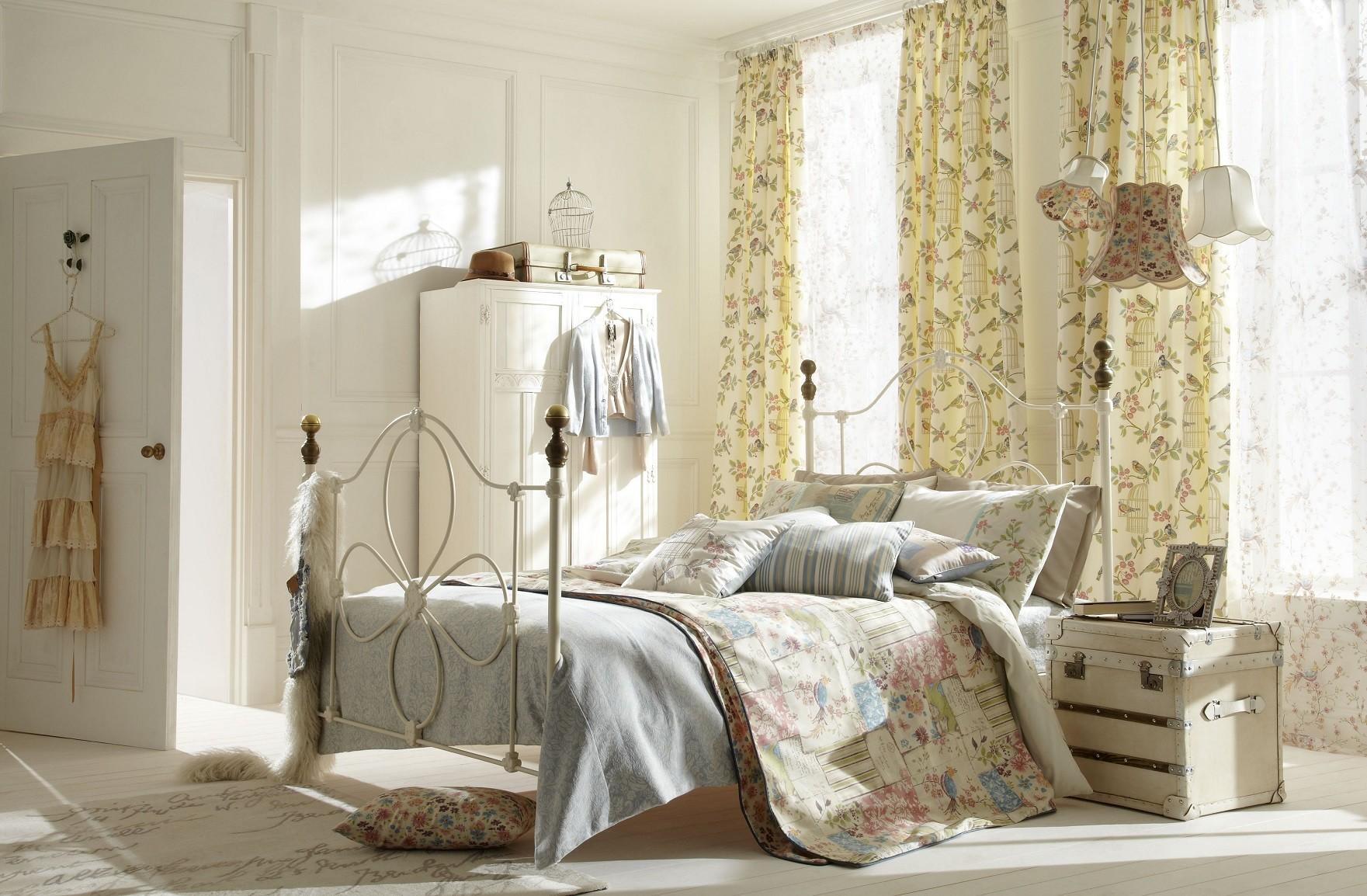 Kamar tidur romantis shabby chic bunga-bunga // decoratorist.com