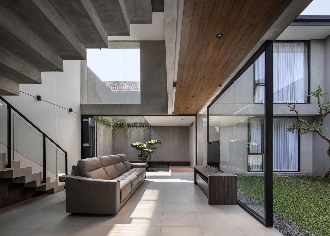 Ruang tv menghadap taman courtyard di depannya, karya RuangRona, viaarchdaily.com