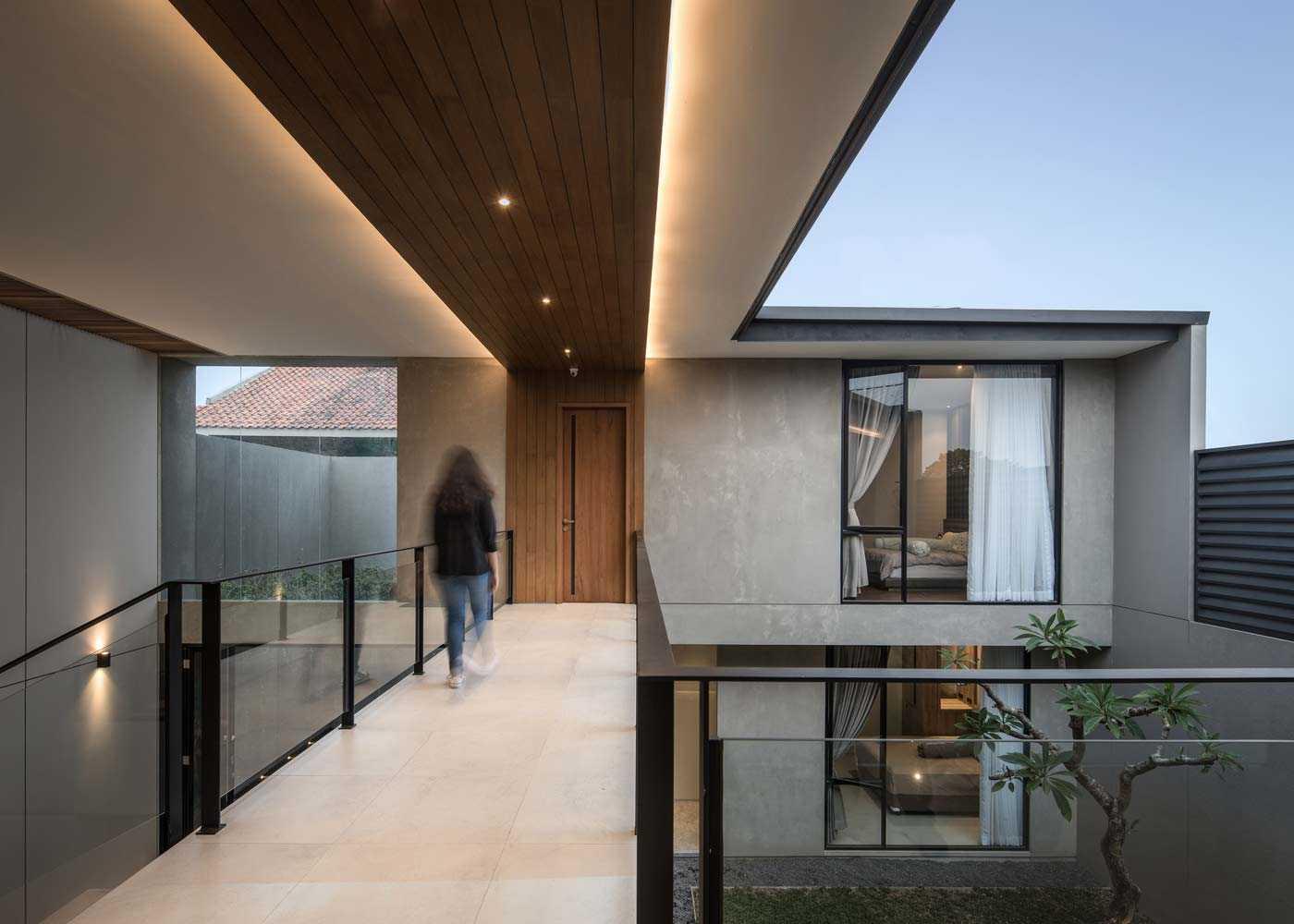 Massa bangunan seolah dibagi-bagi sehingga memberi ruang bukaan di bagian penghubung, karya RuangRona, viaarchdaily.com