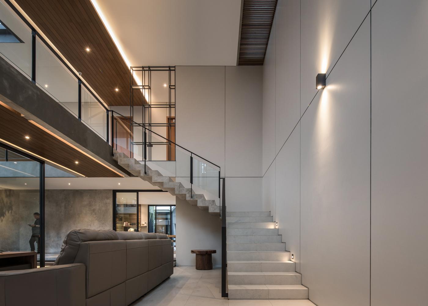 Sentuhan kayu pada plafon yang memberi kesan hangat, karya RuangRona // archdaily.com