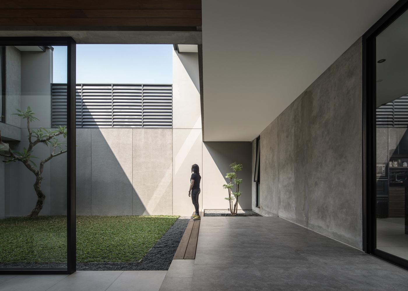 Courtyard lapang yang memberi kesejukan dalam rumah karya RuangRona // archdaily.com