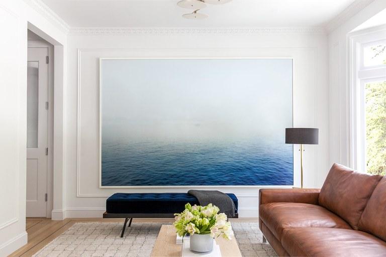 Hiasan dinding berupa foto berukuran besar untuk dinding rumah // architecturaldigest.com
