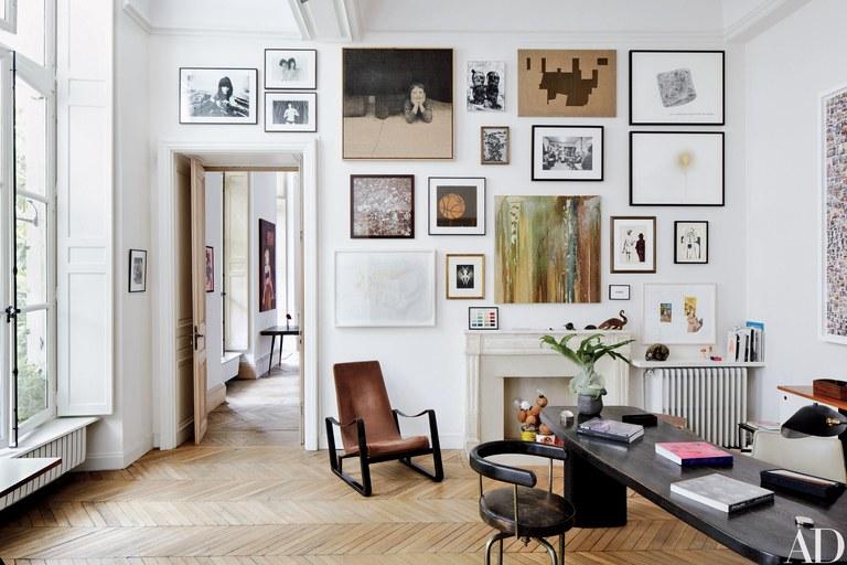 Sulap dinding rumah menjadi galeri bingkai // architecturaldigest.com