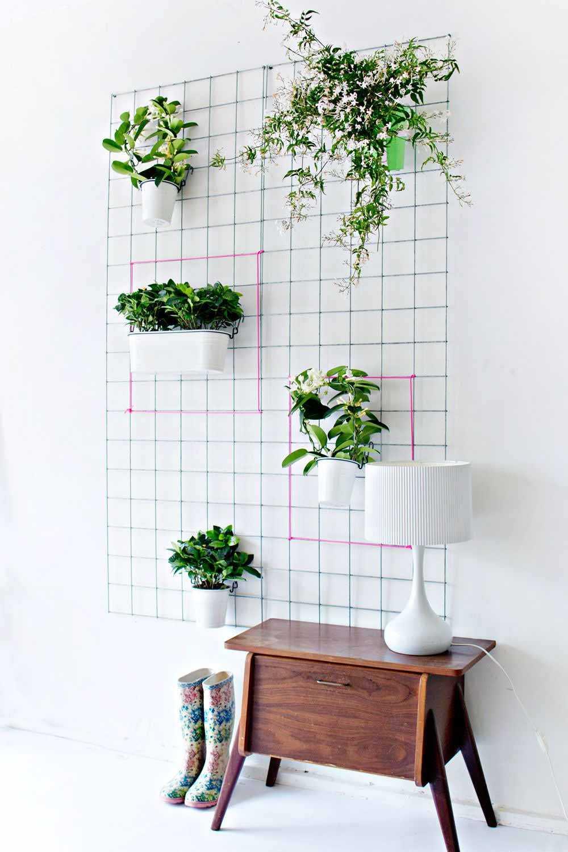 Tanaman sebagai hiasan dinding menggunakan wire grid // countryliving.com