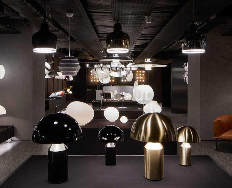 Ruangan gelap yang menonjolkan desain lampu di The Conran Shop, Seoul // design-milk.com