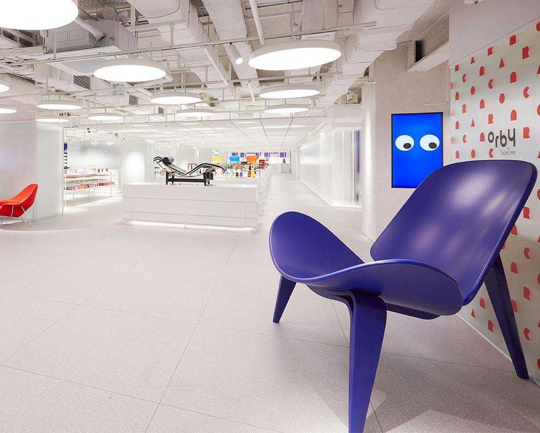 Memanfaatkan setiap sudut sebagai ruang display, The Conran Shop, Seoul // design-milk.com