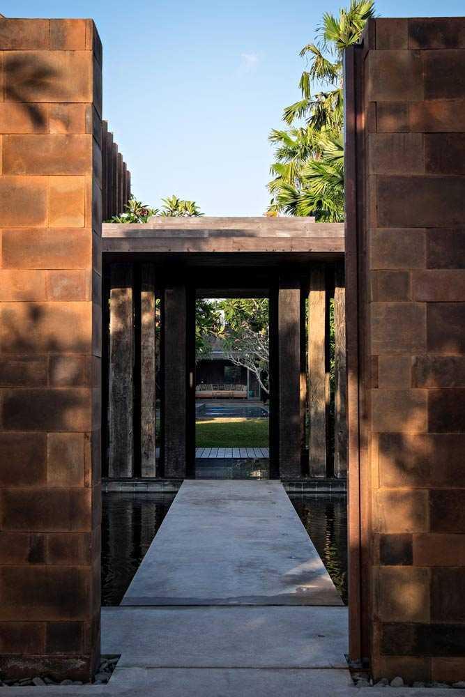 Pintu masuk vila menonjolkan arsitektur khas Bali // archdaily.com
