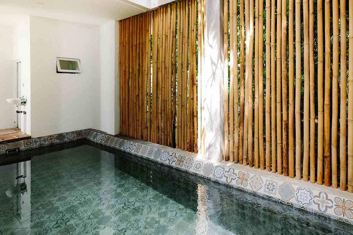 Kolam renang indoor dengan partisi bambu // Ruangan ASA