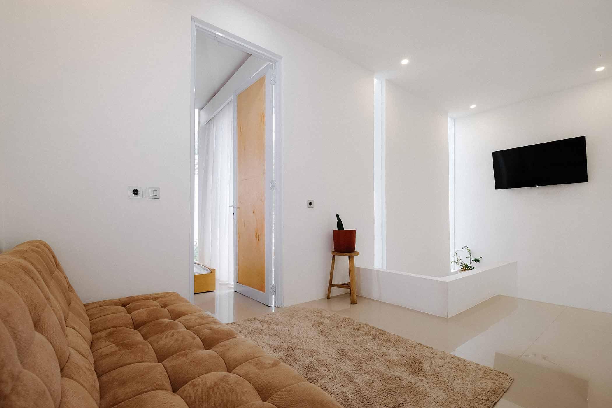 Ruang keluarga minimalis dibuat super nyaman dengan sofa bed dan karpet bahan beludru // Ruangan ASA
