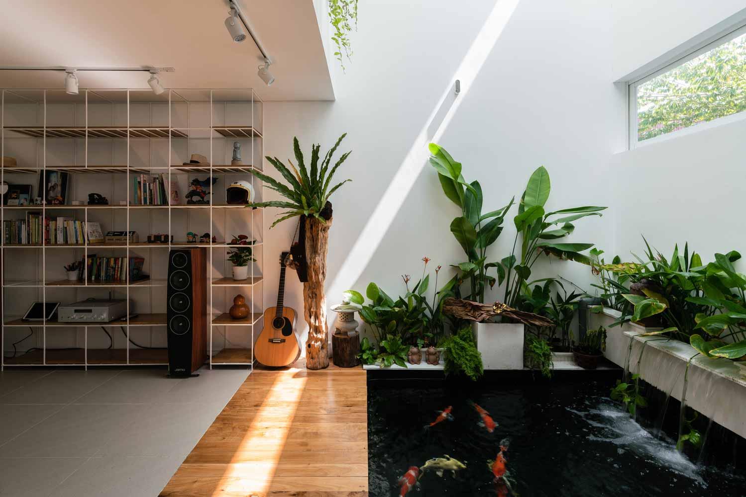 Interior rumah dilengkapi kolam ikan indoor, karya Q Concept // archdaily.com