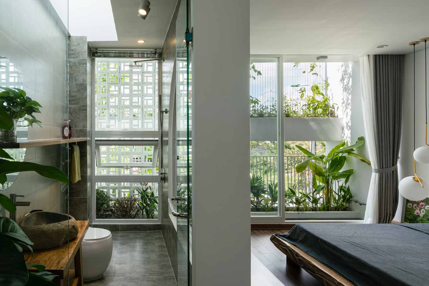 Jendela rumah besar membuka akses cahaya dan pandangan lebih luas, karya Q Concept // archdaily.com