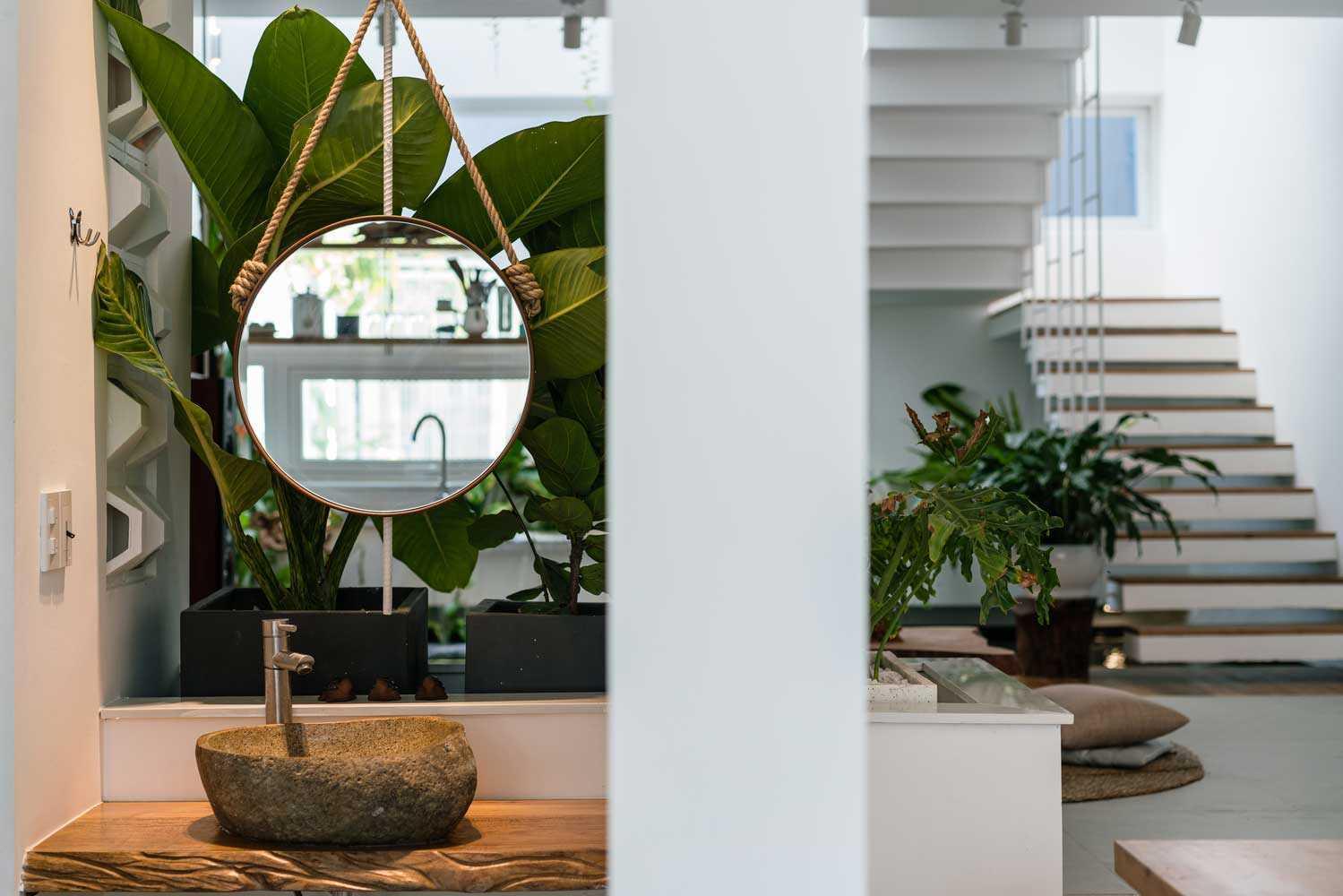 Elemen alam seolah membawa suasana outdoor di dalam rumah, karya Q Concept // archdaily.com