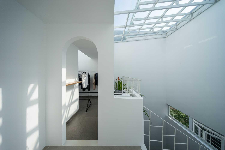 Dominasi warna putih di rumah karya Q Concept // archdaily.com