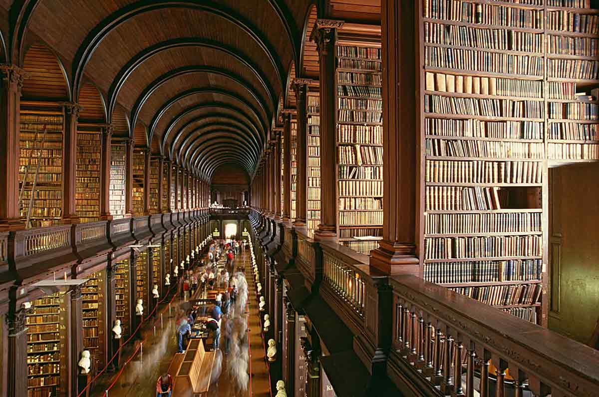 Perpustakaan megah di Dublin, The Library of Trinity College // lonelyplanet.com