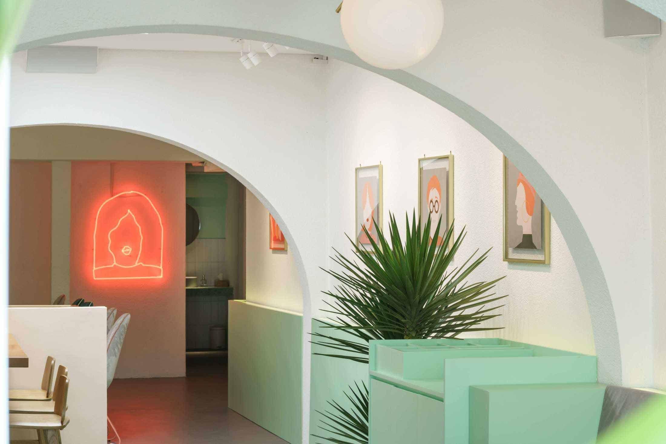 Desain coffee shop menggunakan warna-warna pastel karya Interra //arsitag.com