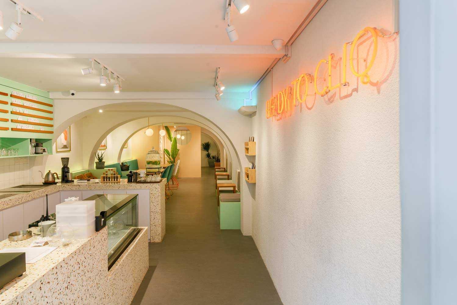 Desain interior coffee shop unik karya Interra // archdaily.com