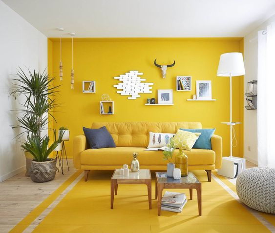 Ruang keluarga dengan blok warna kuning karya Leroy Merlin, via leroymerlin.fr