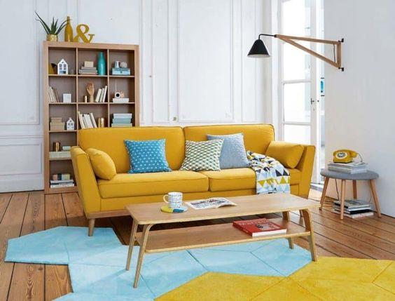 Ruang keluarga warna kuning dengan karpet berpola geometris, via zomantidecopics.site
